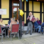 Sommerfest mit Decken und Kissen</br>Gäste lassen sich Kuchen und Bratwurst schmecken