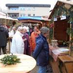 Weihnachtsmarkt gefällt den Menschen</br>Einkaufen für einen guten Zweck
