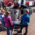 Kinder besuchen Feuerwehr