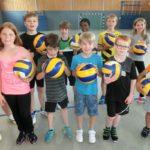 Ferienkinder spielen Volleyball