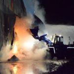 Lagerhalle mit über 800 Tonnen Stroh im Vollbrand</br>250 Feuerwehrleute verhindern Übergreifen auf andere Objekte