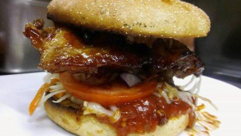 """Samstags ist Burger Day in der """"Hofapotheke""""</br>Reservierungen für Eisbahn ab sofort möglich"""