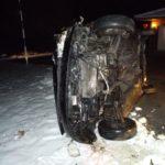 Auto kommt bei Eisglätte von Fahrbahn ab