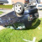 VW bleibt auf Dach liegen</br>Zwei leicht verletzte Männer