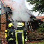 Feuer greift auf Dach über