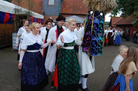 Erntetänze im Regen</br>Trachtengruppe feiert Erntefest mit Gästen aus Oberbayern