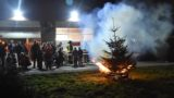 Jugendwehren sammeln Tannenbäume ein