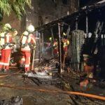 Feuerwehr rettet eine Person</br>Carport und Wohnhausfassade in Brand