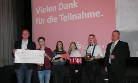 """Sparkasse Schaumburg verleiht """"Goldene Elfriede""""</br>Großer Spaß für Gewinner des Schülerfilmwettbewerbs"""