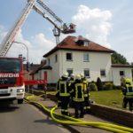Dachstuhlbrand sorgt für Großeinsatz</br>Feuerwehr rettet Frau mit Rauchgasvergiftung