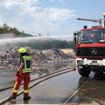 Großbrand bei Müllentsorger</br>200 Feuerwehrleute im Einsatz