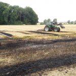 Feuer auf abgemähtem Getreidefeld
