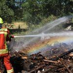 Brand eines großen Holzstapels