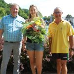 Bäder GmbH begrüßt 100.000ste Besucherin</br>Blumen und eine Saisonkarte für Katharina Stark