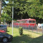 Schienenbus fährt am Sonntag