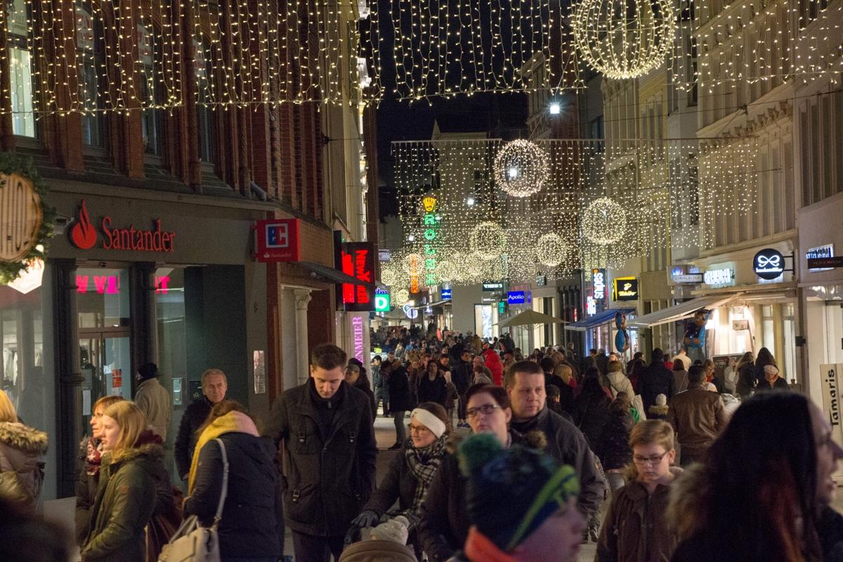 Ab Wann Macht Man Die Weihnachtsbeleuchtung An.Weihnachtsbeleuchtung Umrahmt Weihnachtsmarkt Bückeburg Lokal