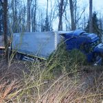 Alkoholisierter Lkw-Fahrer landet im Wald