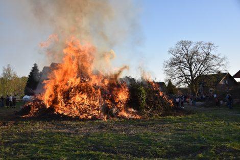 Viel Trubel bei Osterfeuern</br>Feuerwehren freuen sich über viele Besucher
