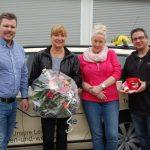 Treue Mitarbeiter bei Taxi Abel</br>Blumen und eine FC-Bayern-Tasse für Jubilare
