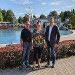 Blumen und Saisonkarte für Jennifer Hodges</br>Bergbad-Besucherin Nr. 100.000