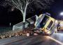 Lkw kippt seitlich in Graben</br>Fahrer bleibt unverletzt