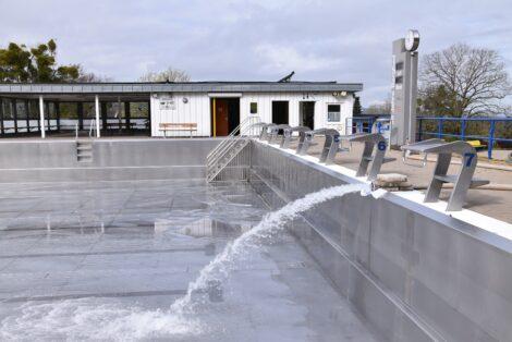 Wasser läuft in die Schwimmbecken</br>Bergbad zum 1. Mai betriebsbereit – Eröffnungstermin noch ungewiss