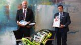 """""""Ein zuverlässiger und starker Partner"""" </br>Volksbank spendet DRK-Ortsverein neuen Defibrillator"""